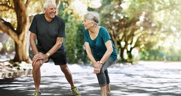 Casal de idosos felizes e se exercitando em um parque - imunidade