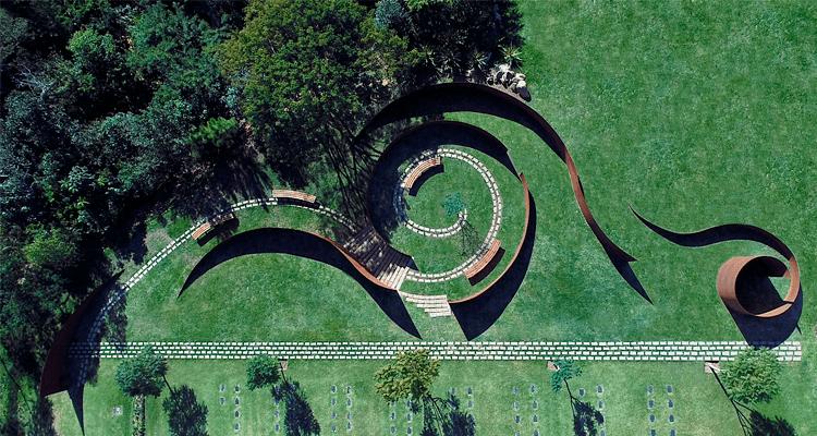 Área arborizada e estrutura arquitetônica no Cemitério Cerejeiras