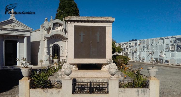 Imagem com jazigo dentro de um cemitério
