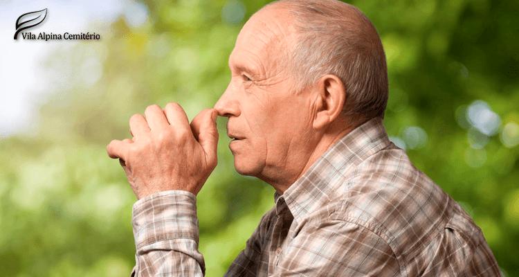 Homem idoso pensativo - alzheimer