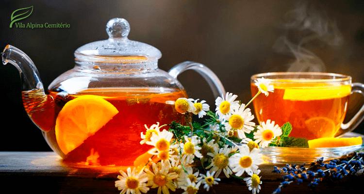 Bule e zícara de chá com frutas e flores - aumentar a imunidade