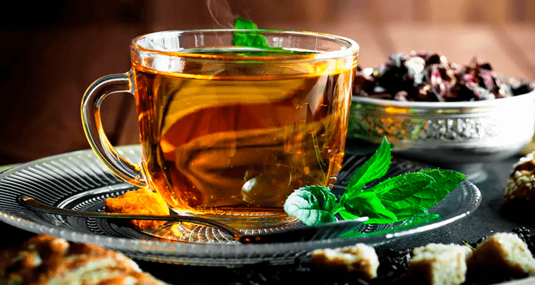 Xícara de chá com folhas de ervas - Aumentar a imunidade