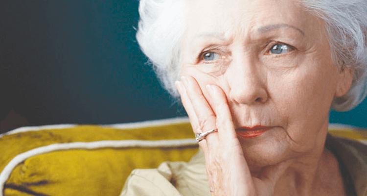 mulher idosa pensativa - alzheimer
