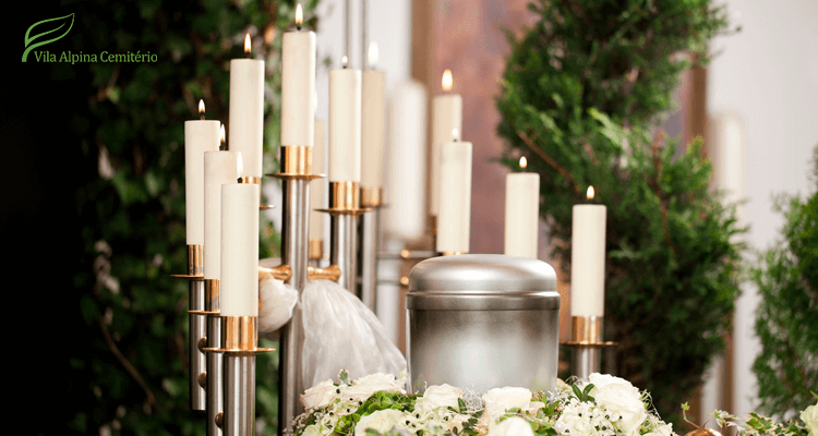 Urna funerária em cerimônia de cremação