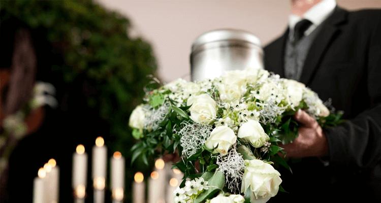 homem carregando urna funerária - cremação