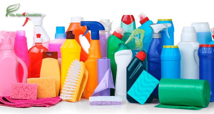 Diversos produtos de limpeza - água sanitária
