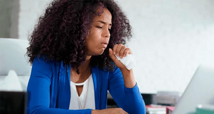 Mulher com crise de tosse alérgica