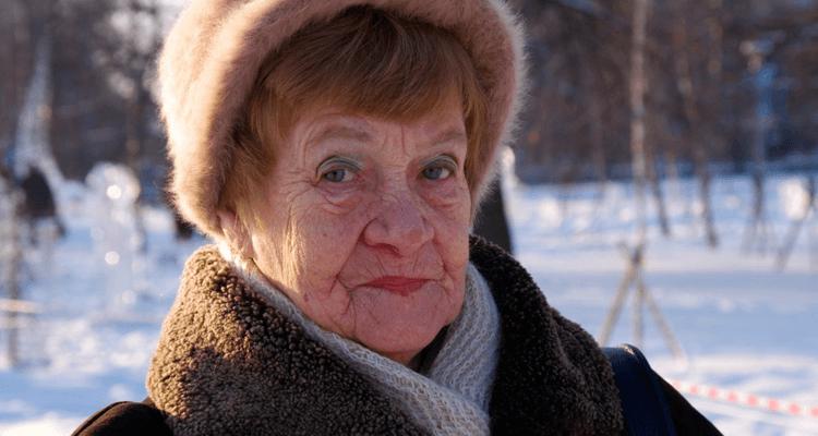 Idosa agasalhada no inverno - saúde do idoso